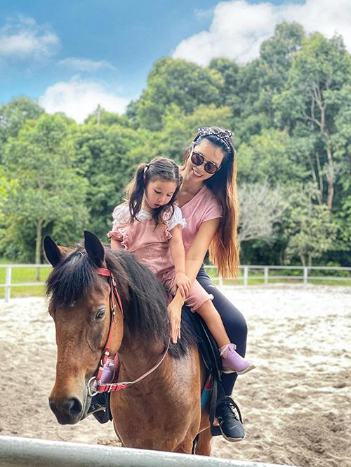Chỉ sau hai buổi tập, siêu mẫu đã có thể tự tin cưỡi ngựa và cho con gái ngồi cùng. Bé Myla được bố mẹ cho gần gũi các con vật từ nhỏ qua nhiều chuyến đi chơi nên tỏ ra rất dạn dĩ khi ngồi trên lưng ngựa. Nhóc tỳ được cùng mẹ cưỡi ngựa, băng qua rừng đến thăm các bạn nai ở khu vực gần đó.