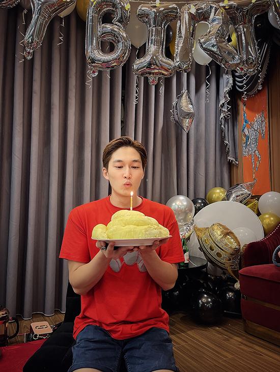 Đình Tú được người yêu hơn tuổi, diễn viên kiêm MC Hương Giang tổ chức sinh nhật giản dị với sự tham gia của một vài bạn thân và thành viên trong gia đình.