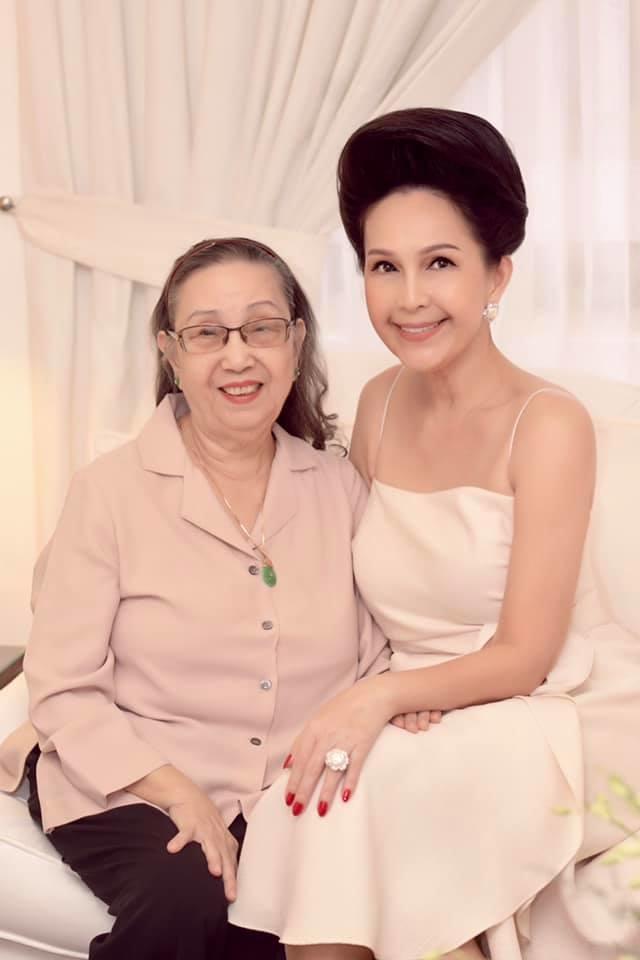Hôm 23/9 là sinh nhật lần thứ 86 của mẹ Diễm My. Con chúc mẹ luôn luôn mạnh khỏe, hạnh phúc và luôn là người mẹ mà con yêu quý nhất, chị bày tỏ.