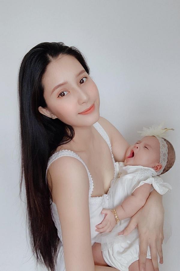 Ồn ào tình cảm với Jack khiến Thiên An hứng chịu nhiều chỉ trích lớn từ fan nam ca sĩ. Dù vậy, bà mẹ trẻ cố gắng ổn định cuộc sống, dành hết thời gian cho thiên thần nhỏ. Nhân dịp Trung thu mới đây, cô lần đầu khoe con gái cưng.
