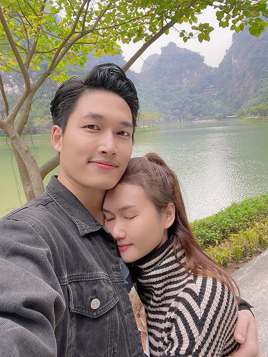 Hương Giang hơn Đình Tú ba tuổi, từng trải qua một lần đổ vỡ hôn nhân và có một con gái riêng nhưng đó không phải là rào cản với chuyện tình cảm của hai diễn viên.