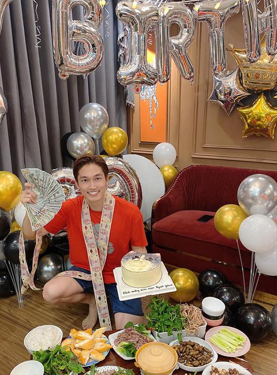 Đình Tú đùa rằng anh trở nên giàu có với rất nhiều tiền trong ngày tròn 29 tuổi.
