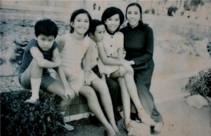 Diễm My sinh năm 1962, tại Nha Trang, trong một gia đình có 3 chị em. Năm 1972, Diễm My (thứ hai từ trái qua) cùng chị gái, em trai và cậu em họ (áo kẻ) được mẹ đưa đi chơi sở thú (nay là Thảo Cầm Viên ở TP HCM) chơi Tết. Sau khi bố mất, năm 1972 gia đình Diễm My chuyển vào Sài Gòn sinh sống và định cư đến giờ.