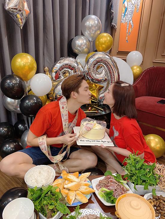 Hương Giang chuẩn bị một chiếc bánh sinh nhật khác với ruột là rất nhiều tờ tiền mệnh giá 200 nghìn đồng dành tặng bạn trai kém tuổi.