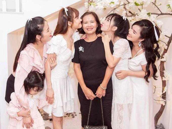 Bà Hồng thường chọn phong cách thanh lịch, giản dị khi xuất hiện bên con gái và con dâu. Ở tuổi 60, bà cũng được nhận xét trẻ trung.