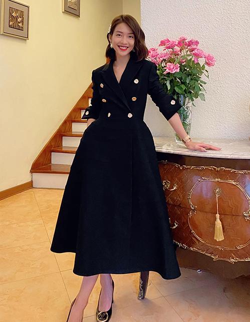 Để kết hợp cùng những bộ váy áo nữ tính, Khả Ngân chọn kiểu tóc ngắn uốn xoăn, tạo điểm nhấn bằng loạt kẹp tóc hàng hiệu.