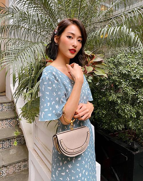 Để tô điểm cho phong cách, Khả Ngân sử dụng những chiếc túi từ Chloe, Balenciaga.