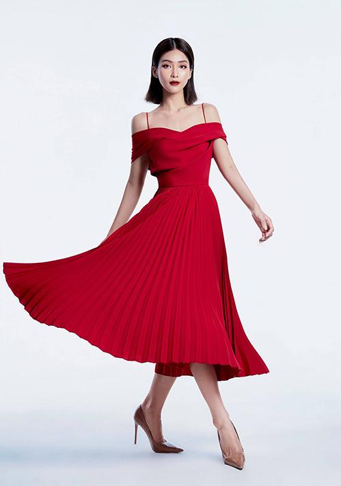 Để thể hiện hình ảnh một cô gái đam mê thời trang, xuất thân giàu có, Khả Ngân diện nhiều trang phục nữ tính. Người đẹp khéo chọn đồ từ các thương hiệu local brand Việt Nam, tạo nên diện mạo thời thượng.