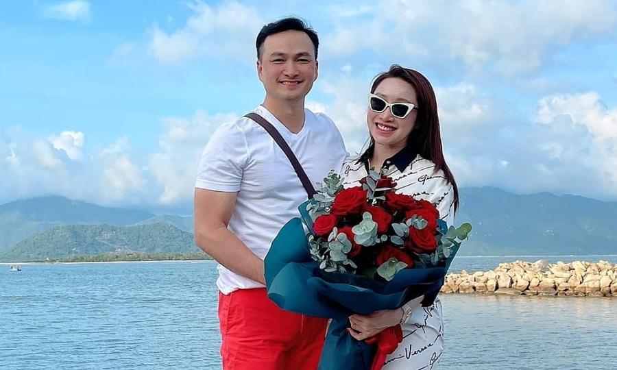 Chi Bảo đưa vợ bầu đi chơi